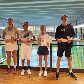 Finalisterna i mixeddubbel 15-årsklass: Nora Louko, Alexander Oh, Sara Naeslund och Fredrik Naeslund.