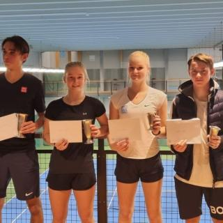 Finalisterna i mixeddubbel 18-årsklass: Axel Folkebo, Agnes Mitteregger, Tilde Pierrou och Viktor Fraenkel.
