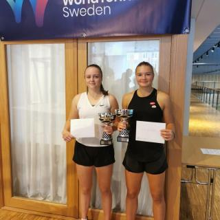 Anastasia Pettersson (Jönköpings TK) och Tilde Jagare (Fair Play TK) vann ITF-tävlingens flickdubbel.