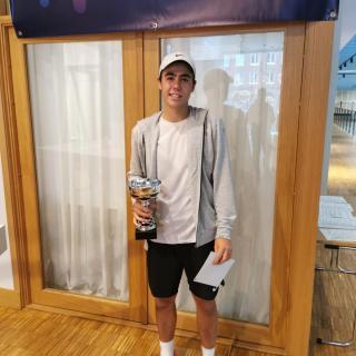 Sebastian Eriksson (KLTK) vinnare i ITF-tävlingens pojksingelklass.