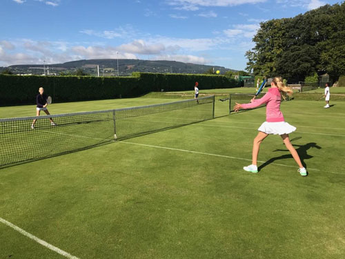 CTC-Junior-competition-2017_tjejer-spelar-på-gröna-gräset_500-x-375-pxl